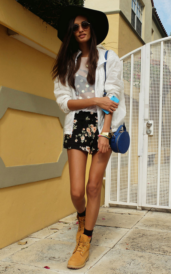 working-boots-floral-shorts-hat-boho-street-style-look