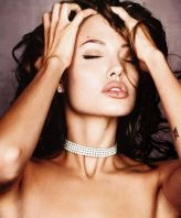 angelina-jolie-chocker
